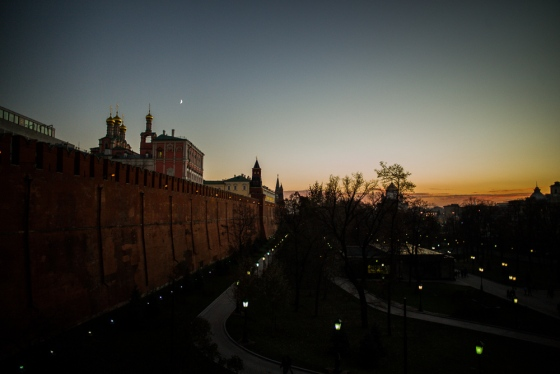 the sun sets early on the Kremlin in October