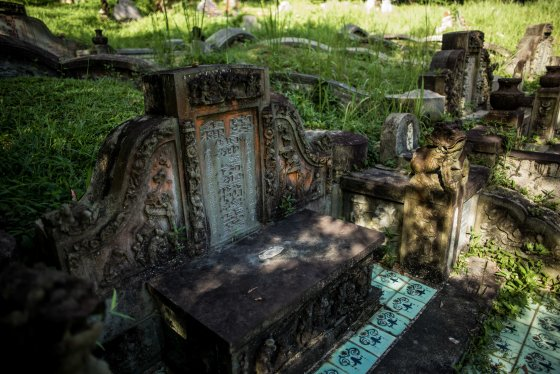 a typical Hokkien grave...