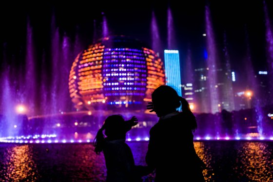 Flanked by the Hangzhou Grand Theatre, there is a spectacular fountain light show at night